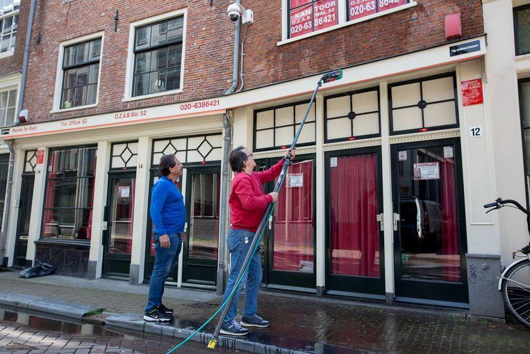 José Gil (rechts) poetst vandaag de panden achter zestig ramen. Beeld Maartje Geels