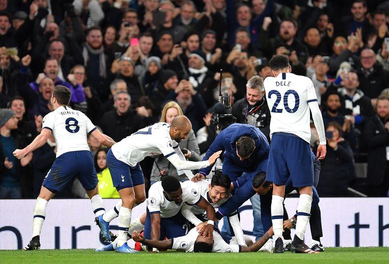 Steven Bergwijn van Tottenham Hotspur viert zijn overwinning met zijn teamgenoten nadat hij een doelpunt tegen Manhester City heeft gemaakt. Beeld Getty Images