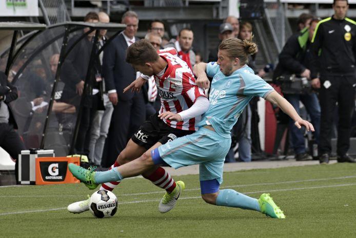 Jeroen van der Lely zet in een duel tegen Sparta Stijn Spierings de voet dwars.