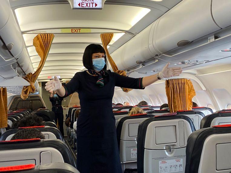 Een stewardes die na de eerste lockdown vorig jaar juni vertrok vanaf de luchthaven in Milaan in Italië.  Beeld Getty