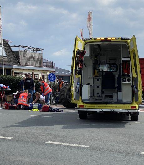 Afslaande tractor ziet scooter over het hoofd; scooterrijder ernstig gewond