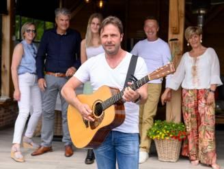 """Al even oefenen voor een echte concertzomer! Zeven Vlaamse artiesten geven in Kortenaken een 'kofferbakconcert': """"Niet iedereen kan zeggen dat een Vlaamse artiest even bij jou naar het toilet gaat"""""""