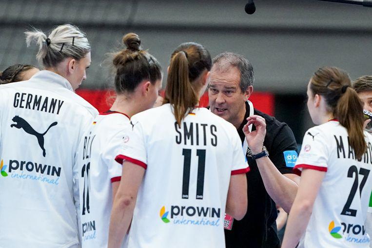 Henk Groener instrueert zijn speelsters tijdens de wedstrijd tegen Hongarije.  Beeld BSR Agency