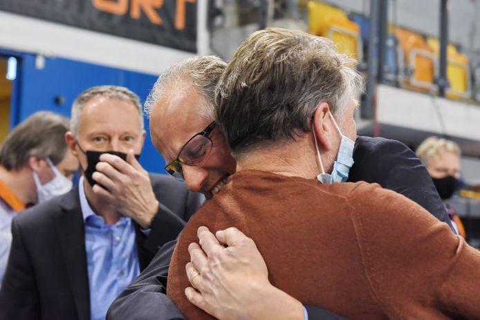 Dynamo-coach Redbad Strikwerda (midden, met bril) valt emotioneel bestuurslid technische zaken Wim Jonker in de armen.
