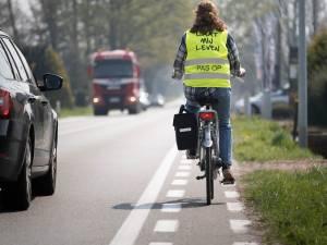 """Laura rijdt elke dag met fluovestje 'Laat mij leven' op 'moordstrookje' van N10: """"Fietsstuur is op sommige plaatsen breder dan fietspad"""""""
