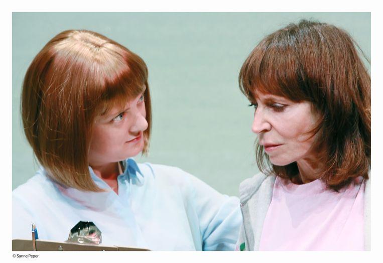 Rosa van Leeuwen (links) als de therapeute en Lineke Rijxman als de hoofdpersoon die ten onder gaat aan haar digitale dubbelleven. Beeld Sanne Peper