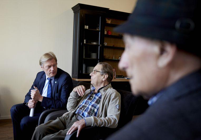 Staatssecretaris Martin van Rijn in gesprek met ouderen, archiefbeeld. Beeld ANP