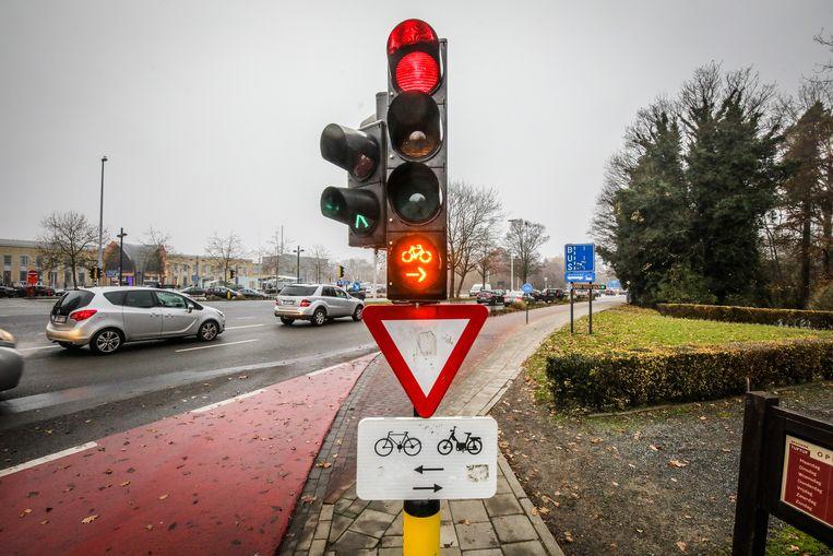 Fietsers mogen hier bij rood rechts afdraaien. Ze moeten wel voorrang verlenen aan doorgaande tweewielers.