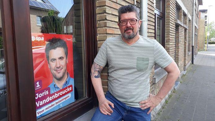 """De enige verkiezingsaffiche in heel Destelbergen hangt bij Kenneth Vranken. """"Ik weiger ze weg te doen"""", zegt hij."""