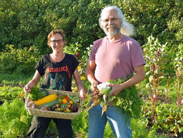 Veronique Cauwels en Peter Leguit met groenten en kruiden die deze week geoogst worden in de Tuinen van Groede.