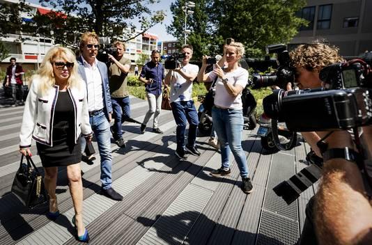 Patricia Paay en Robbert Hinfelaar (naast haar op de foto) komt aan bij de rechtbank in Amsterdam.
