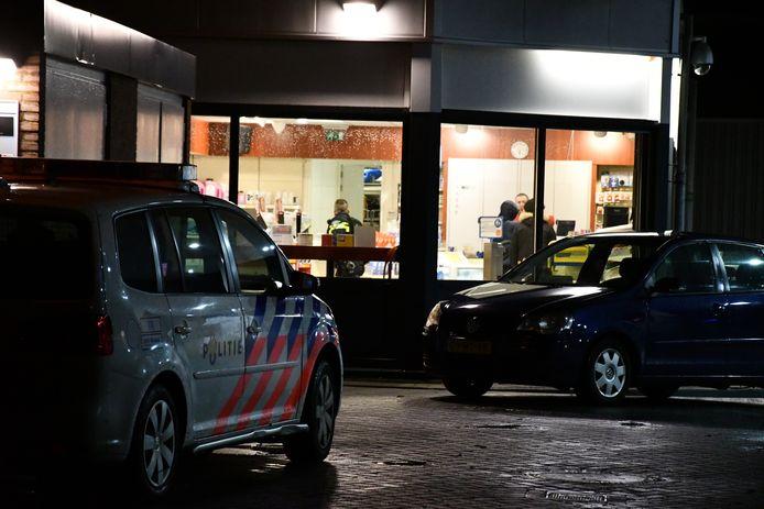 Het Shell-tankstation aan de Schroefstraat in Lelystad is aan het einde van de middag overvallen. Of de dader iets heeft buitgemaakt is niet duidelijk. Kort daarvoor werd een horecazaak aan De Stelling overvallen.