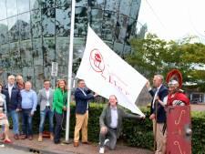 Romein hijst trots Limesvlag in Alphen nu grens Werelderfgoed is geworden