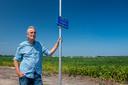 Gert Piening is tegen de komst van een zonnepark nabij zijn huis. Het panelenveld zou bovendien onder en tussen de windmolens moeten komen te liggen, waardoor geluidsoverlast juist versterkt wordt.