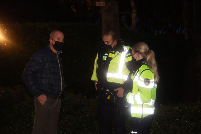 De politie is aanwezig bij de woning van Van Eerd.