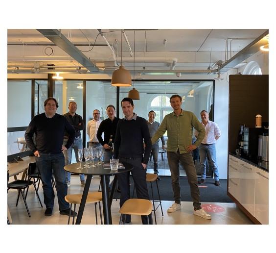 Netvlies en 4NG gaan samenwerken. Van links naar rechts Jochem Vlemmix, Tomas van den Nieuwendijk en Philip Lomans van Netvlies en daar achter het team van 4NG.