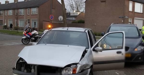 Aanrijding tussen twee autos op afrit Drachten-Azeven.
