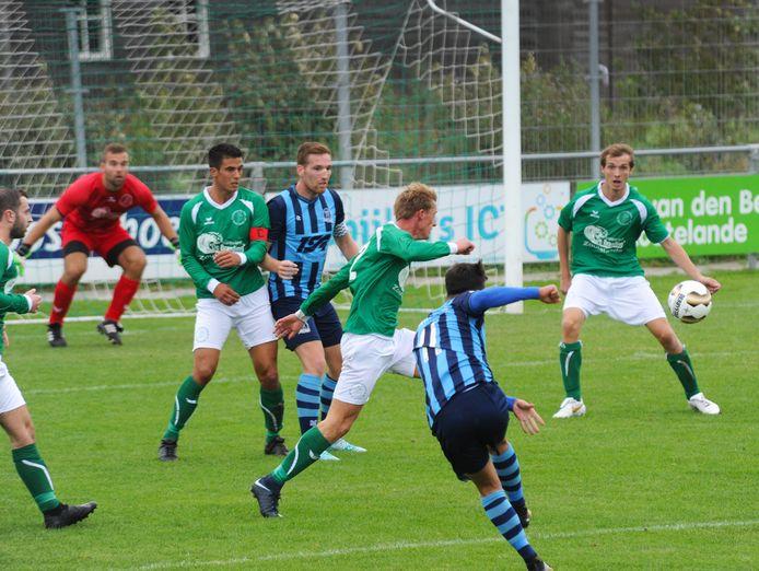 De Meeuwen (groene shirts) ging zaterdag met 4-0 onderuit bij Heinenoord.