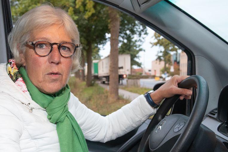 """Hier oversteken is gokken en hopen dat je het haalt, want verkeer uit Berchem zie je niet aankomen"""", toont ze Andrée De Visscher."""