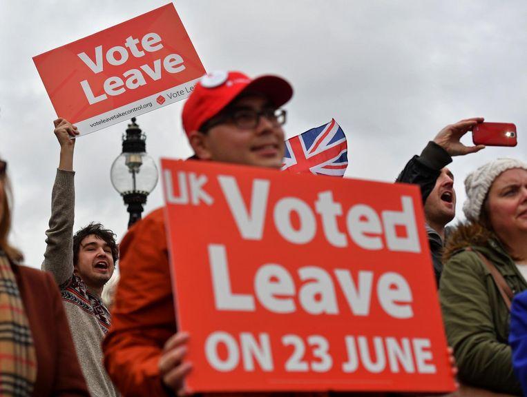 Demonstranten betogen in november voor een Brexit buiten het parlementsgebouw in Londen. Beeld afp