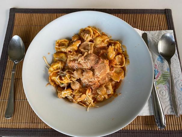 Tortelloni met mascarpone, gehakt en pepperoni.