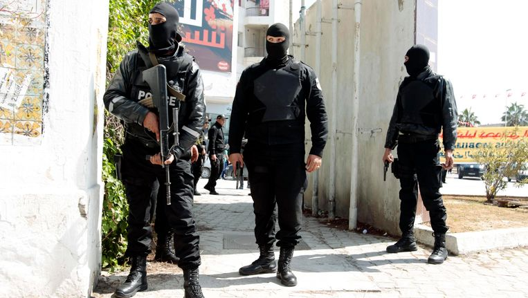 Politieagenten bij het parlement van Tunis. Beeld Reuters