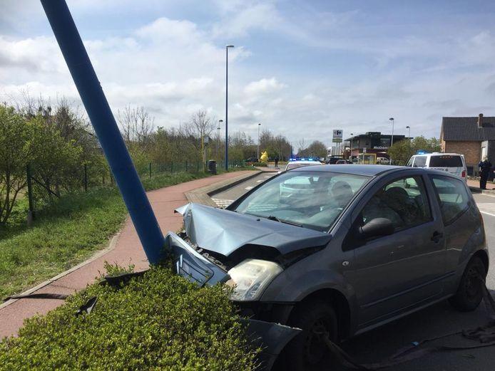 De crash in de Robert Vandammestraat zondag. Een verlichtingspaal werd geramd, de inzittende raakte lichtgewond.