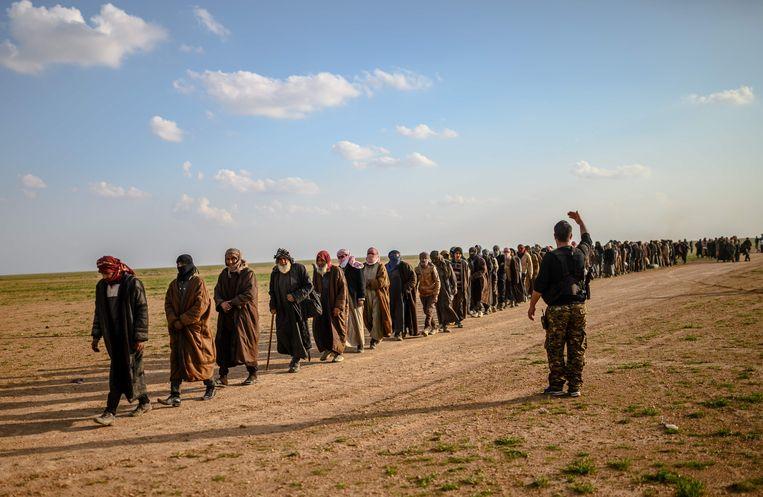 Deze mannen worden ervan verdacht voor IS te hebben gevochten.  Beeld AFP
