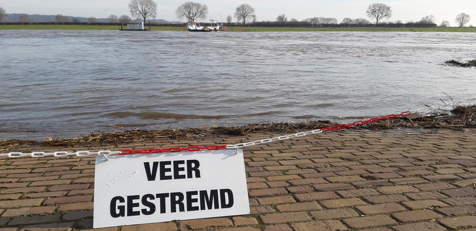 De pont tussen Cuijk en Middelaar is uit de vaart. Hier gezien vanaf de Maaskade in Cuijk.