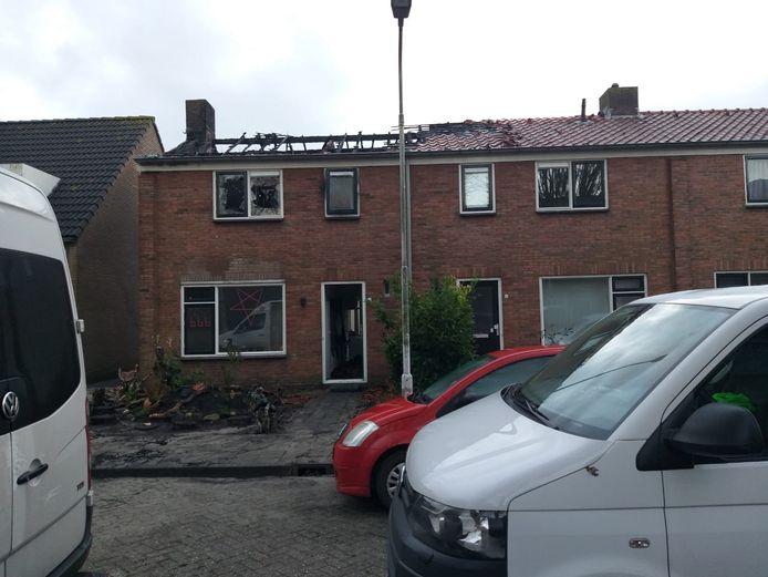 De uitgebrande woning bij daglicht.