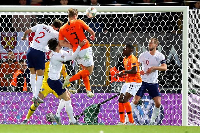 Matthijs de Ligt torent hoog boven John Stones en Kyle Walker uit en kopt Nederland op gelijke hoogte met Engeland: 1-1