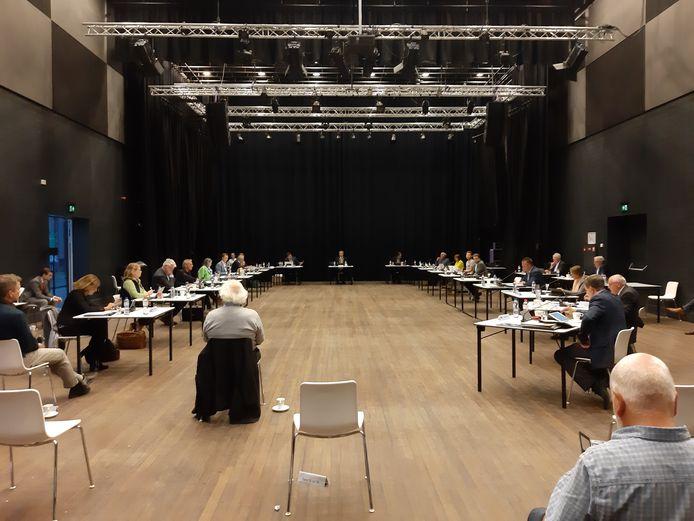 Rinus Ligtvoet was er altijd als de gemeenteraad vergaderde. Zijn grote grijze haardos viel altijd op. Hier tijdens een van de eerste vergaderingen na de lockdown vorig jaar in het Elckerlyc.