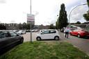 Parkeerplaats en stoep achter het gemeentekantoor staan vaak helemaal vol.
