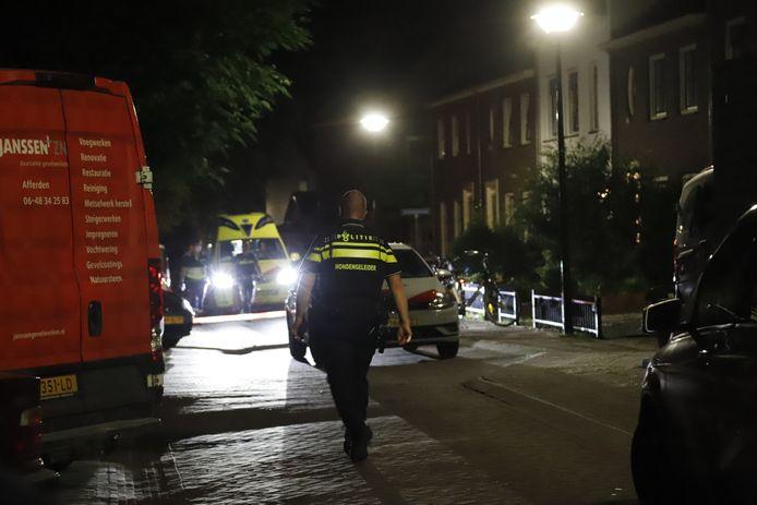 Ook een hondengeleider werd opgeroepen voor een steekpartij in een woning aan de Gerardus Mandersstraat in Bergen (Limburg).