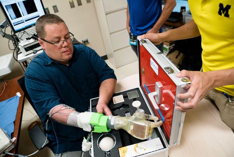 Joe Hamilton opent een ritssluiting met zijn prothese.Hij verloor zijn hand bij een vuurwerkongeluk.  Beeld Evan Dougherty/Michigan Engineer
