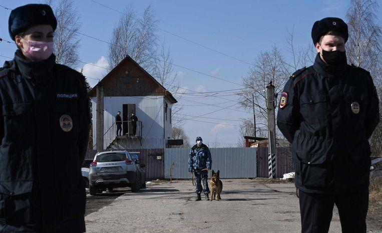 De bewaakte ingang van de strafkolonie waar Navalny voor zijn overplaatsing naar een gevangenisziekenhuis gevangen zat.  Beeld AFP