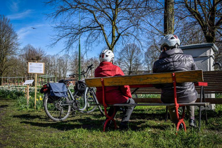 Deze dames kiezen voor een korte rustpauze tijdens hun fietstocht.
