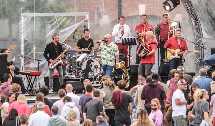 De nieuwe single van Johny Turbo werd zondagavond live gebracht bij het publiek van de Leiefeesten.