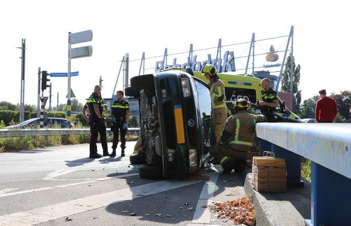 Bij het ongeluk op de kruising Europaweg-Amerikaweg belandde dinsdag aan het eind van de ochtend een auto op zijn kant. Niemand hoefde naar het ziekenhuis, maar de drukke weg moest wel tijdelijk worden afgesloten.