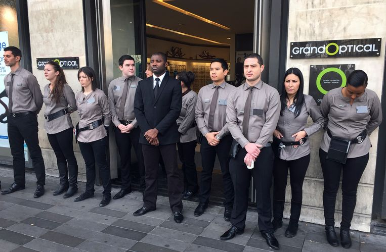 Het personeel van deze winkel in het hartje van Parijs doet ook mee aan de herdenking. Beeld AP