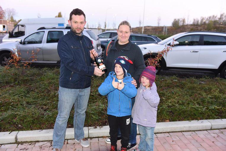 Angelique was de eerste die parkeerde op de nieuwe parking met haar kinderen Elymani en Yirinka. Ze kreeg een fles cava van schepen Bert Herrewyn.