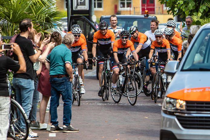En weg zijn ze; het 8-tal van Tommie's Bike Team uit Wijhe dat in 24 uur 500 km fietst om zoveel mogelijk geld op te halen voor het Ronald McDonald Huis Zwolle.