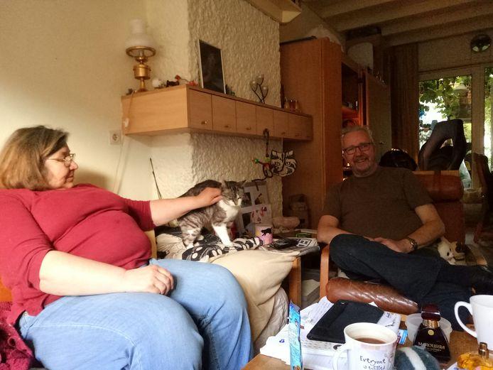 Karin en Andy met een van hun katten.