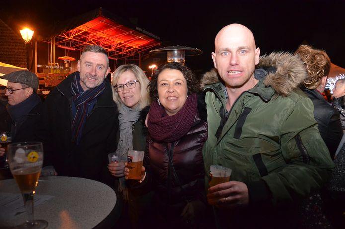 Nico Panis (rechts op de foto), Sylvia De Jonge en vrienden genoten van de nieuwjaarsdrink  op het dorpsplein van Iddergem.
