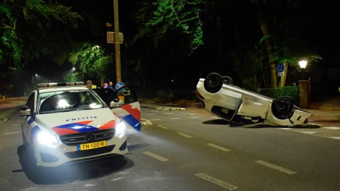 Auto botst tegen paal en komt zestig meter verder op zijn dak tot stilstand
