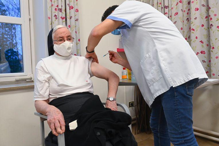 Een bejaarde in een Waals woon-zorgcentrum wordt ingeënt met het Pfizer/BioNTech-vaccin. Beeld Photo News