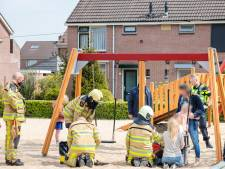 Twee meisjes half uur vast in babyschommel in speeltuin in Ommen
