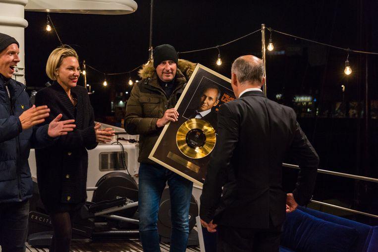 Gert Verhulst overhandigt de gouden plaat aan Helmut Lotti.