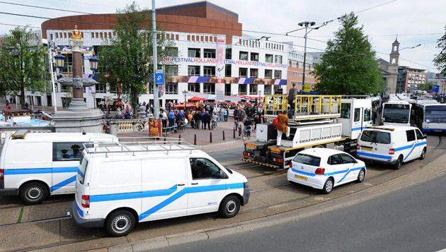 Medewerkers van vervoersbedrijf GVB demonstreren bij de Stopera in Amsterdam tijdens een eerdere staking tegen de geplande bezuinigingen op het openbaar vervoer. © anp