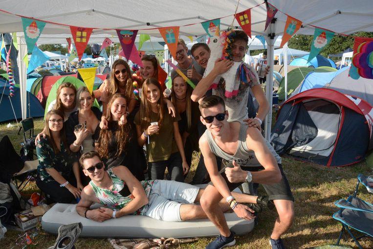 Een groep vrienden uit Beveren maakt er ook op de camping een feestje van.